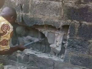 Cậu bé bị kẹt 3 ngày như con thạch sùng trong khe tường, người đi đường vẫn thờ ơ