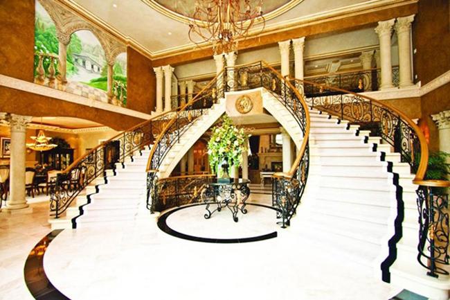 Biệt thự này có dáng vẻ như một cung điện hoàng gia. Nó đã từng xuất hiện trong bộ phim 'Confessions of a Teenage Drama Queen' do Lindsay Lohan và Megan Fox đóng vai chính. Ngay từ khi bước vào nhà người ta đã phải choáng váng trước chiếc cầu thang mạ vàng hoành tráng.