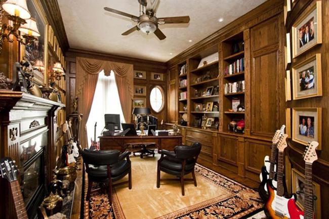 Phòng đọc sách với nội thất gỗ làm người ngắm phải mê đắm.