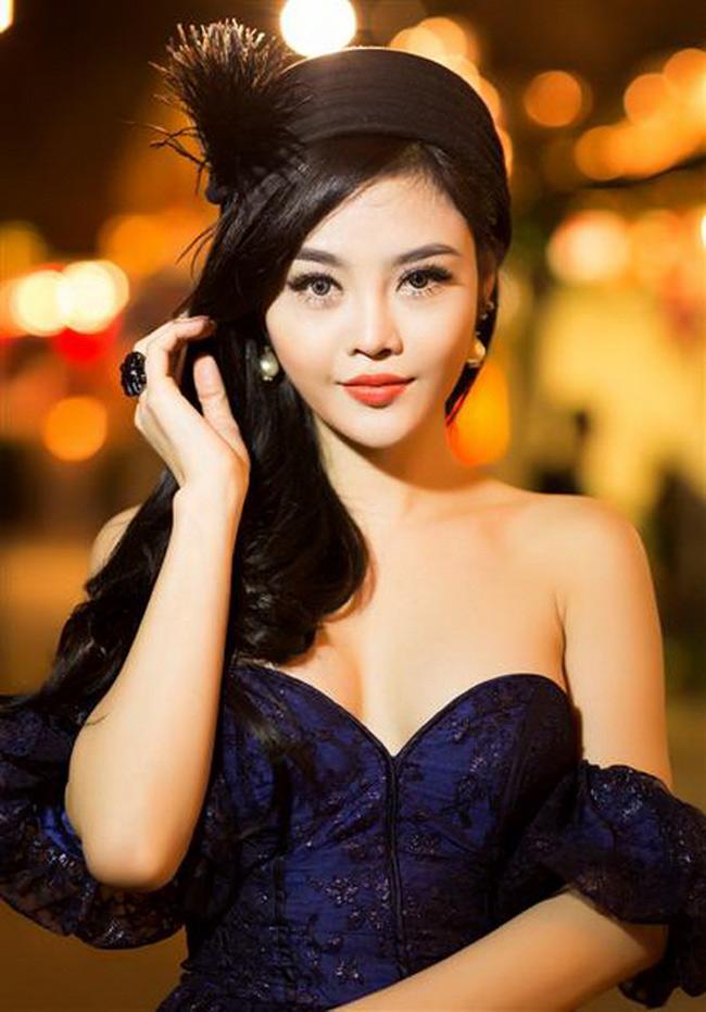 Từng bị chỉ trích là Hoa hậu ăn chơi nhưng không ai có thể phủ nhận nhan sắc rạng ngời của Julia Hồ.