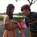 """Khắc Minh rụt rè tặng hoa """"bạn gái"""""""