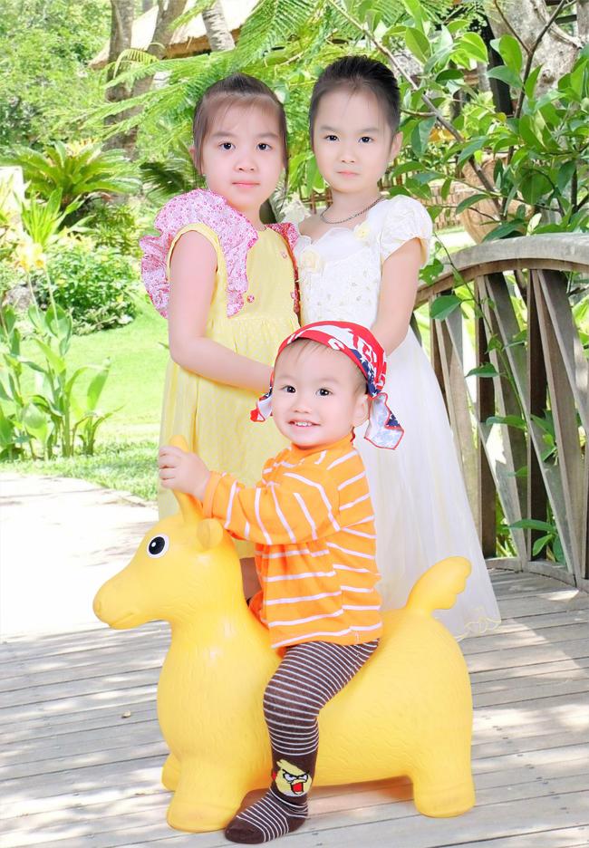 Giữa 2 cô công chúa nhí xinh đẹp lại xuất hiện một hoàng tử nhí dễ thương cưỡi ngựa vàng, đó là ai vậy nhỉ?
