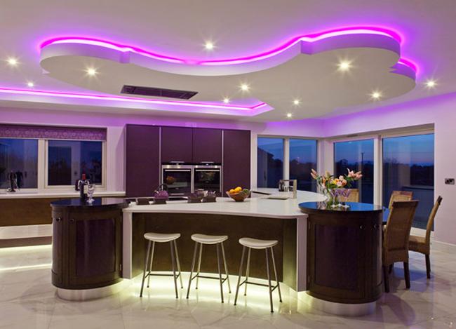 Căn bếp này là một ví dụ cụ thể về không gian nấu nướng có sức hút mãnh  liệt với đồ nội thất cao cấp, hệ thống đèn hoàn hảo và những cửa sổ lớn  nhìn ra cảnh đẹp bên ngoài.