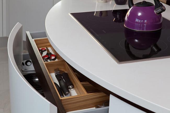 Ngăn kéo chia nhiều ngăn nhỏ để giúp bà nội trợ dễ dàng phân loại dụng cụ nấu ăn hơn.