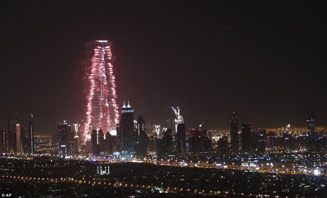 Màn trình diễn pháo hoa tại Dubai kéo dài 6 phút thu hút sự chú ý của người dân nơi đây.