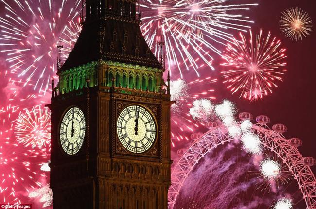 Bên cạnh tháp đồng hồ Big Ben lúc 12h đêm.