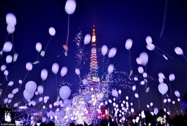 Tháp Tokyo lúc 12h đêm đẹp lung linh với bóng bay và pháo bông.