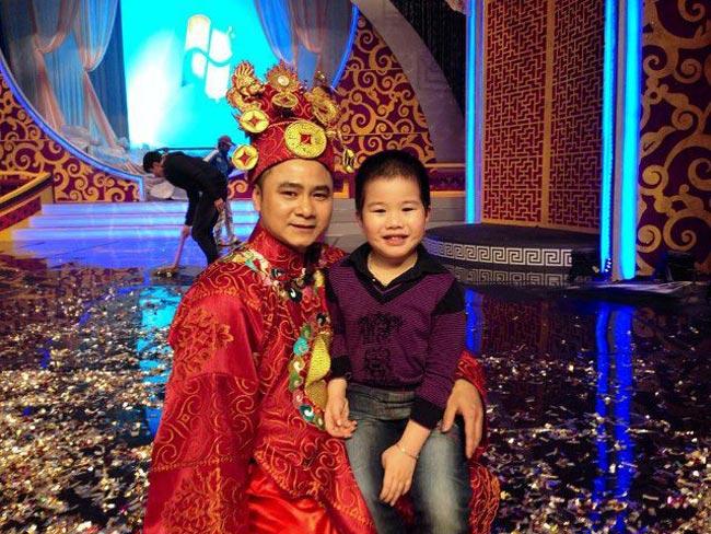 Năm nay, Tự Long sẽ đảm nhiệm vai Táo Giao Thông thay cho Chí Trung. Bé Teppi cũng hay theo bố đến xem các cô chú tập luyện.