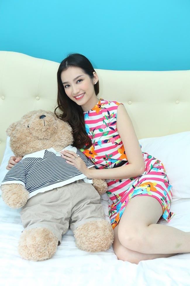 Những ngày cuối năm, cô bận rộn với lịch diễn, nhưng từ 28 Tết, người đẹp đã ngưng mọi hoạt động công việc để dành thời gian cho gia đình. Trước khi bước sang thềm năm mới, Trúc Diễm có một ngày để dọn dẹp và trang trí lại nhà cửa. Theo cô, việc làm mới căn hộ đem lại sự mới mẻ và nhiều may mắn cho cả năm.  Bài liên quan:  Soo Young (SNSD) làm hàng xóm Lee Min Ho  Thăm tổ ấm của danh hài Việt Hương ở Mỹ  Bất động sản đình đám của nhà vợ Thanh Bùi  Soi kỹ 2 căn hộ xa xỉ của Cao Thái Sơn  Cơ ngơi 'hái ra tiền' của sao Việt ở Mỹ  Ghen tị khối tài sản triệu đô của Mỹ Lệ
