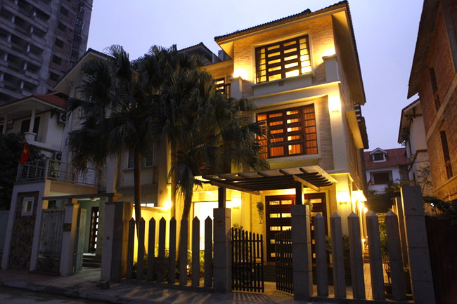 """Hiện nay, Hồ Quỳnh Hương đang sống trong một ngôi nhà khang trang nằm trên phố Trương Định, Hà Nội. Đặc biệt, ngôi nhà đã phải đập đi, sửa lại tới 4 lần, tiêu tốn rất nhiều tiền của cũng như thời gian. Lý do chủ nhân đưa ra đơn giản vì cô rấtkhó tính trong việcxâydựng chốnan cư của mình.  Bài liên quan:  Căn nhà đầy hoa của diễn viên '5s online'  Thăm nhà sang trọng của Minh Hằng ngày cận Tết  """"Nàng Dae Jang Geum"""" khoe nhà riêng bí mật  Biệt thự mới ở Thanh Hóa của Trọng Tấn  Ngắm 2 ngôi nhà bạc tỷ của Uyên Thảo  Soi sâu ngó kỹ tổ ấm của Duy Mạnh"""