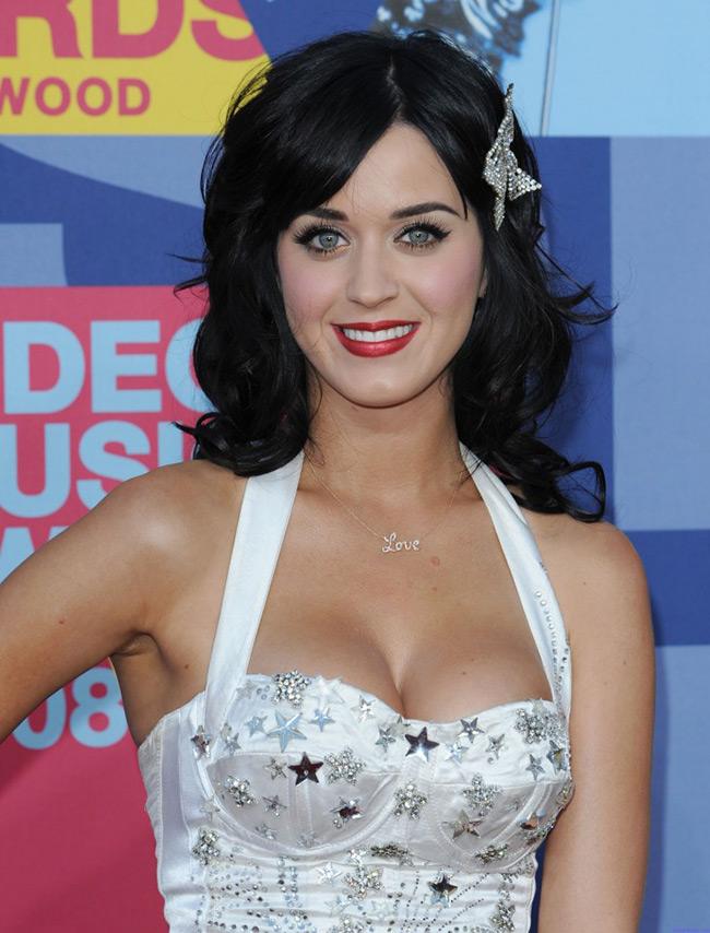 Đứng trong top 20 bộ ngực đẹp nhất thế giới là Katy Perry. Cô có vòng 1 size 32D đẹp như...vẽ. Tuy nhiên, nữ ca sĩ không hề nổi danh bằng hình ảnh sexy.Cô vẫn đẹp rất trong sáng và đáng yêu.