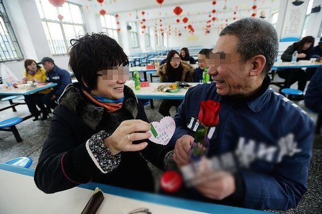 Một nhà tù ở Trùng Khánh, Trung Quốc vừa quyết định mở cửa cho phép các tù nhân và bạn gái của mình được đoàn tụ trong ngày Valentine năm nay. Hành động này của nhà tù Trùng Khánh đã được rất nhiều người dân ủng hộ.