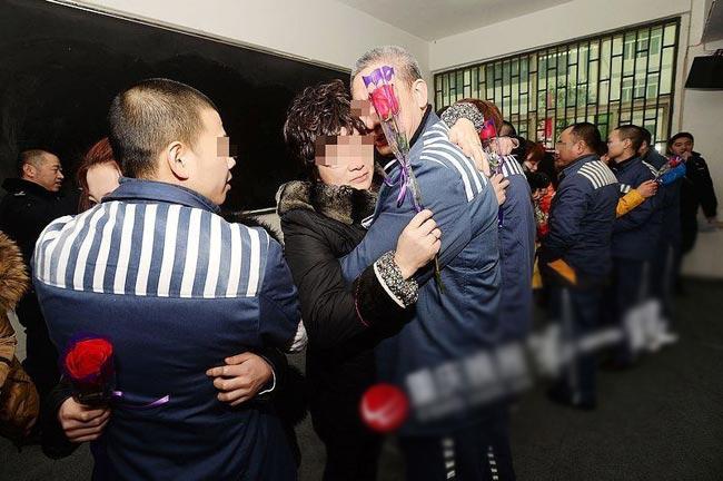 Để chuẩn bị cho các tù nhân đón Valentine cùng bạn gái, nhà tù Trùng Khánh đã chuẩn bị cho mỗi tù nhân một bông hoa hồng.