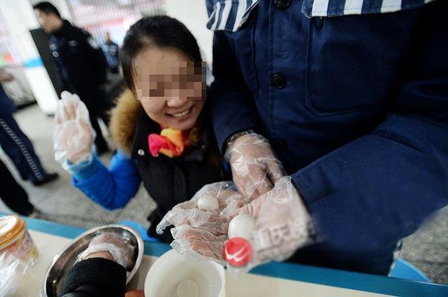 """Ngày Valentine năm nay ở Trung Quốc trùng với ngày Tết Nguyên tiêu, vì vậy, cặp đôi này quyết định làm bánh """"Phu thê phế phiến"""", một loại bánh đặc trưng cho tình cảm vợ chồng vào ngày này."""