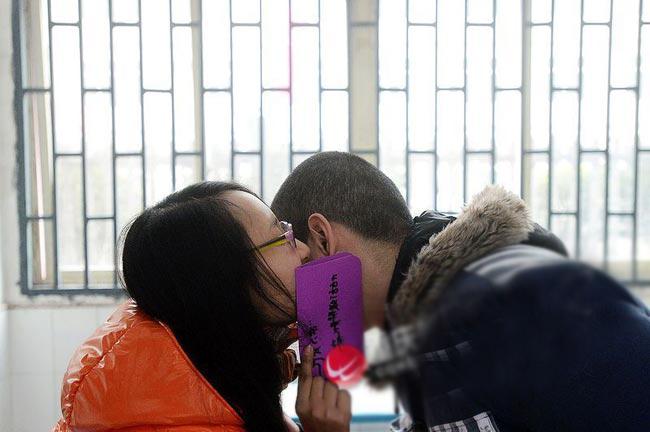 Một cặp đôi tặng nhau những tấm thiệp Valentine tự làm tràn đầy lời yêu thương.