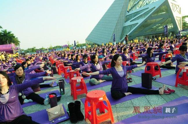 Hình ảnh một sân khấu với gần 500 bà bầu cùng tập yoga đã gây ấn tượng mạnh với tất cả mọi người.