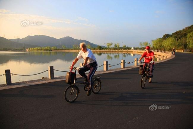 Ngày 28 Tháng 8 năm 2012, cụ ông 79 tuổi và vợ 74 tuổi đang cùng nhau đạp xe tại Hàng Châu. Tình cảm của họ thật đẹp và lãng mạn.