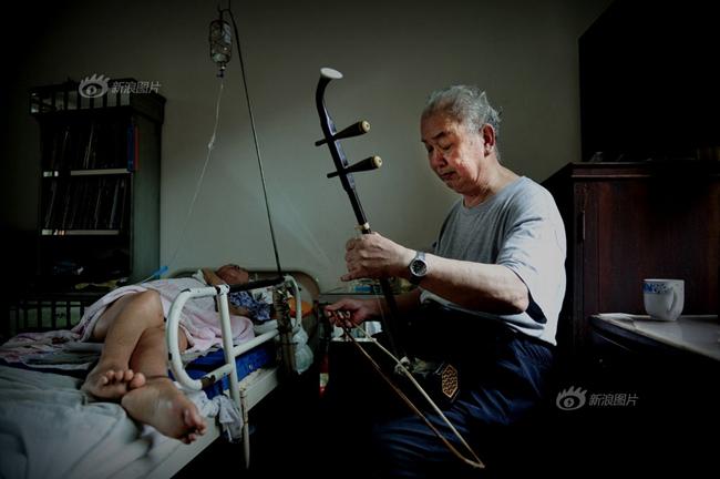 Dù đã 77 tuổi nhưng cụ ông vẫn từng ngày chăm sóc người vợ của mình đã bại liệt 10 năm, đang nằm trên giường bệnh. Ngày ngày ông chỉ ngồi bên cạnh và kể cho bà nghe những câu chuyện về tình yêu, hoặc là đàn cho bà nghe những bản nhạc về tình yêu. Người vợ rơi nước mắt khi thấy chồng vẫn ân cần và yêu thương mình như vậy.