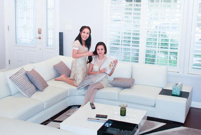 3. Danh hài Việt Hương  Vợ chồng danh hài Việt Hương và con gái Elyza Phương Vy đang sống trong một ngôi nhà xinh xắn nằm trong khu đô thị mới ở miền nam California. Căn nhà có hai phòng ngủ, phòng khách, phòng bếp, phòng ăn hai phòng vệ sinh và phòng làm việc kiêm phòng thu âm.