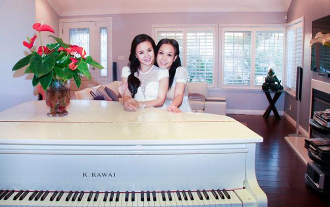 Phòng khách ngập tràn màu trắng sang trọng và cửa sổ nhìn ra mảnh vườn nhỏ xanh mướt bên ngoài. Trong phòng còn đặt cây đàn piano màu trắng rất đẹp. Mỗi khi rảnh rỗi, Việt Hương vẫn thường tự chơi đàn.