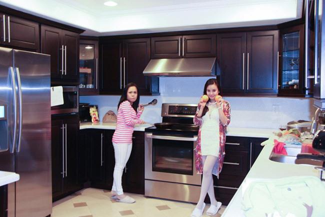 Khu bếp nấu có thiết kế chữ U rất hiện đại và tiện nghi.