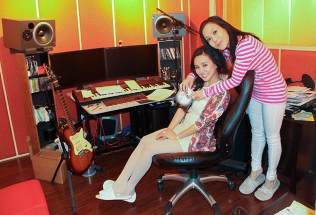 Việt Hương cũng có một phòng thu âm nho nhỏ trong nhà. Đây là nơi cô thoải mái thể hiện đam mê ca hát hoặc thu âm cho các tiểu phẩm hài.