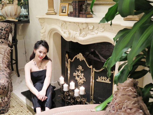 Nội thất của ngôi nhà mang phong cách cổ điển và đồ nội thất kiểu hoàng gia đắt tiền.