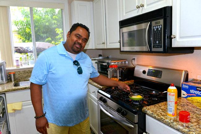 Dũng Taylor thường xuyên vào bếp chuẩn bị bữa sáng cho mẹ con Thu Phương.