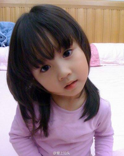 Nhiều người nhận xét tương lai cô bé nhất định sẽ là một đại mỹ nhân.