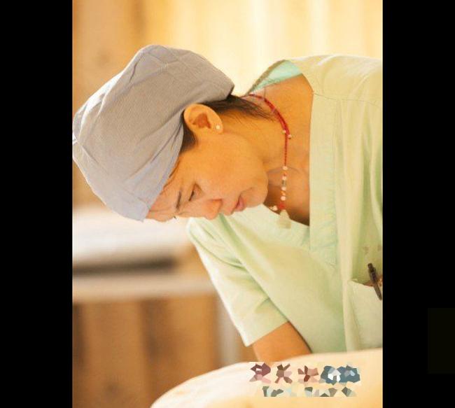 21:00: cổ tử cung của Liu Ke mở được 8 phân và cô chính thức được đưa lên bàn đẻ. Ekíp đỡ đẻ cho sản phụ cũng đã sẵn sàng.