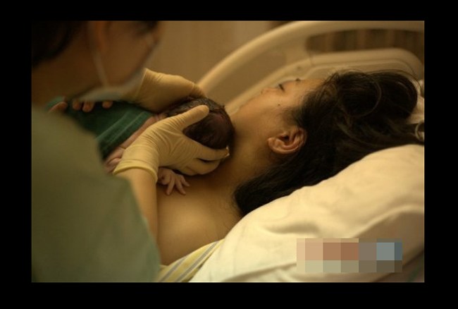 Ba phút sau khi chào đời, bác sĩ đã đưa bé về bên mẹ.