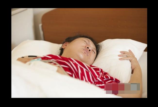 Đây là lần sinh nở đầu tiên của mẹ Liu Ke (30 tuổi) nên cô khá lo lắng.Tuy nhiên, trong suốt 18 giờ đau đẻ, cô không một lần gào khóc vì những cơn chuyển dạ quá đau đớn như nhiều sản phụ khác. Liu Ke chia sẻ: 'Mặc dù quá trình sinh nở sẽ khiến người mẹ rất đau đớn nhưng đây là quá trình phải trải qua trước khi đón con yêu chào đời, vì vậy tôi không muốn tốn sức lực vào việc gào khóc. Tôi muốn để sức tập trung vào những cơn rặn đẻ.'  Vì nhà Liu Ke ở khá xa khu trung tâm nên vợ chồng cô đã thuê khách sạn để ở trước khi vào bệnh viện. Từ 17:00 đến 23:00 giờ, khi những cơn đau đẻ chỉ mới bắt đầu, cô vẫn ở lại khách sạn mà chưa vào bệnh viện. Những cơn đau đẻ dù mới bắt đầu nhưng cũng đủ làm sản phụ khó chịu và không thể ăn uống được gì.
