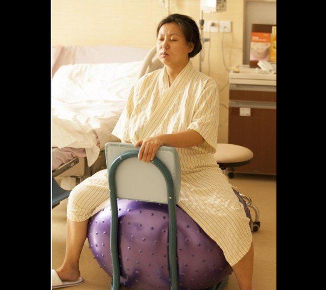 Để thúc đẩy những cơn co thắt mạnh mẽ và em bé nhanh chào đời hơn, sản phụ Liu Ke được yêu cầu tập luyện với bóng hỗ trợ sinh sản.
