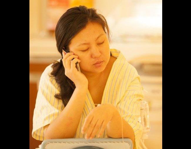 15:00: Cổ tử cung của Liu Ke mở được tầm 4 ngón tay. Những cơn co thắt vẫn tiếp tục mạnh mẽ hơn bao giờ hết nhưng sản phụ vẫn không hề kêu la, cô nhắm mắt chịu đựng những cơn đau đẻ. Bác sĩ đã khuyên cô nên chợp mắt nghỉ ngơi giữa những cơn đau đẻ để lấy sức.