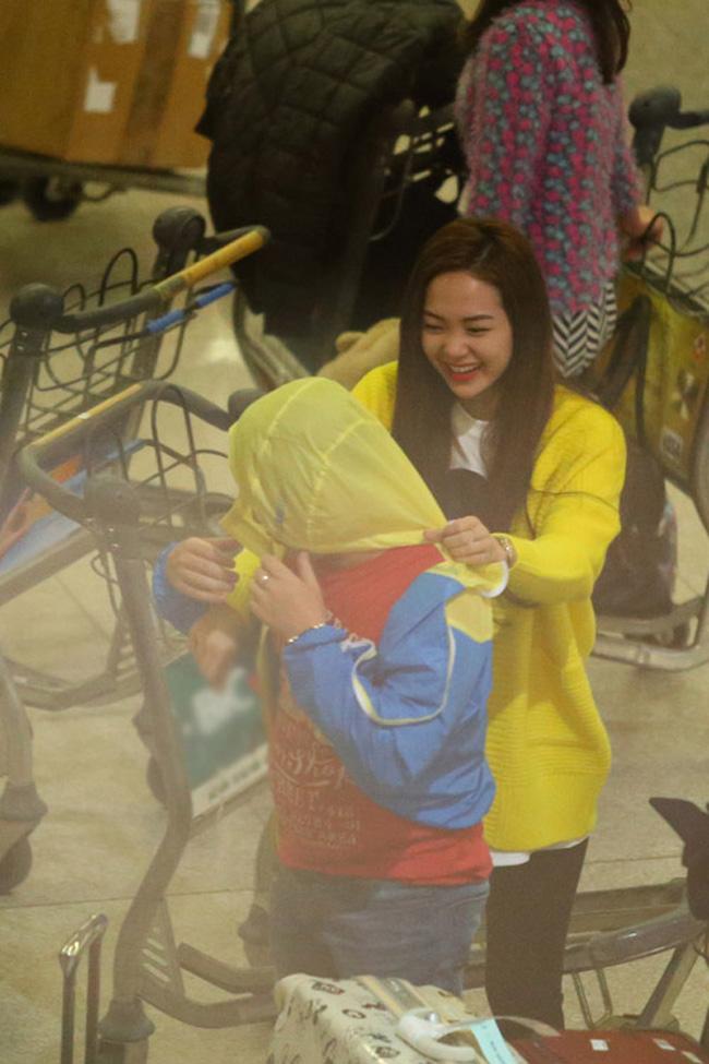 Minh Hằng bị 'chộp' khoảnh khắc vô cùng đáng yêu khi trở về từ Hàn Quốc.
