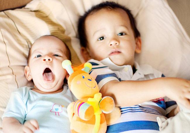 Nhìn những bức ảnh chụp hai anh em đẹp tuyệt vời này, hiếm ai có thể ngờ được đây lại là...tác phẩm của một mẹ Việt không chuyên trong lĩnh vực nhiếp ảnh. Là một bà mẹ trẻ hiện đại, ham học hỏi và yêu con cái, mẹ Hà Chũn khiến nhiều người hâm mộ bởi sở hữu một kho ảnh chụp hai con lên tới hàng nghìn bức.