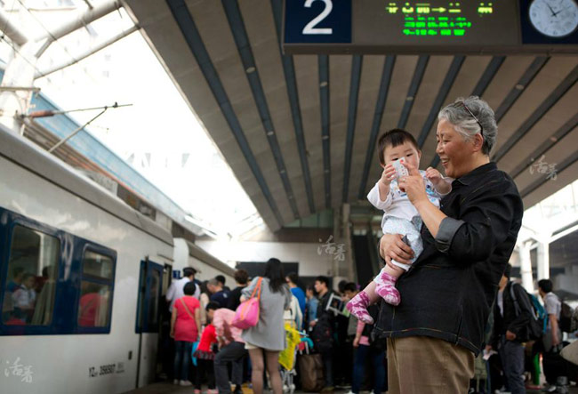 """Không chỉ ở Việt Nam mà cả tại Trung Quốc, ngày càng có nhiều bậc phụ huynh vì bận rộn với công việc, áp lực cơm áo gạo tiền nên phó mặc hoàn toàn nhiệm vụ nuôi nấng và giáo dục con cái cho cha mẹ mình. Càng ngày, những hình ảnh bà chăm cháu càng phổ biến trong xã hội hiện đại.  Một cuộc khảo sát ở Trung Quốc liên quan đến việc giáo dục giữa các thế hệ trong gia đình cho thấy tỷ lệ ông bà chăm cháu ở Bắc Kinh là 70%, 60% ở Thượng Hải và 50% ở Quảng Châu. Khảo sát cũng cho thấy một nửa số trẻ em thành thị Trung Quốc thích theo ông bà hơn bố mẹ và sống cùng ông bà nhiều hơn.  Bộ ảnh """"Một ngày bà nội chăm cháu"""" ghi lại những khoảnh khắc đời thường nhưng vô cùng ý nghĩa."""
