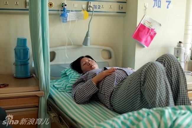 Ngày nay, phương pháp sinh mổ ngày càng được nhiều mẹ bầu lựa chọn bởi tính an toàn, bớt đau đớn và nhanh được đón con yêu. Cùng với xu hướng này của thế giới, tỷ lệ các mẹ chọn đẻ mổ ở Trung Quốc cũng đang không ngừng gia tăng. Một số người vì bệnh lý phải đẻ mổ nhưng cũng có không ít mẹ chọn đẻ mổ ngay từ ngày mang thai bởi tâm lý sợ đau đẻ.  Trong ảnh: Do trong thai kỳ sản phụ này tăng cân quá nhiều nên chị đã quyết định chọn đẻ mổ.