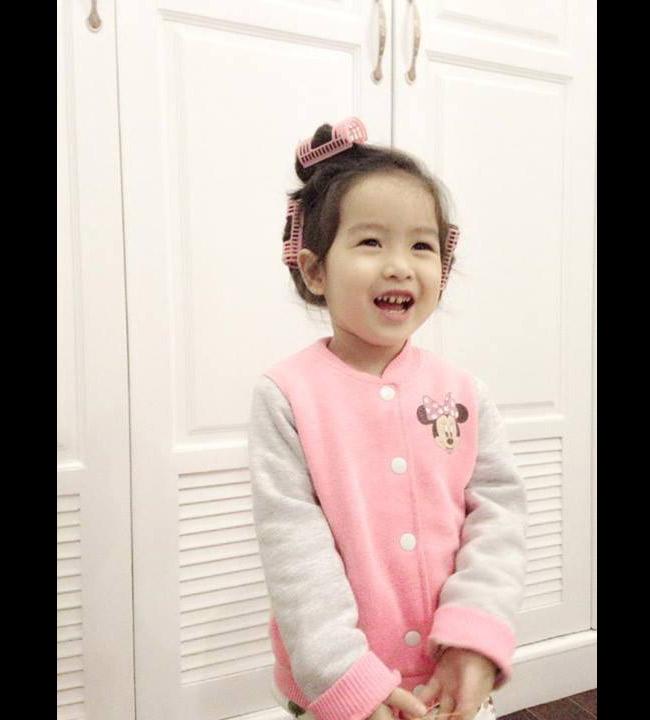 Sở hữu nhiều nét đẹp từ cả bố và mẹ, nhócMina nhà Lưu Hương Giangrất xinh xắn, đáng yêu với khuôn mặt bầu bĩnh. Cô bé không chỉ có mái tóc xoăn tự nhiên mà còn có đôi mắt to tròn đen láy.