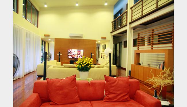 Khu nhà chỉ chiếm 7% tổng diện tích khuôn viên - một tỷ lệ lý tưởng cho kiến trúc một ngôi nhà nhiệt đới. Tất cả các cửa sổ khi cần đều có thể mở toang. Ngôi nhà quanh năm ít khi phải dùng tới máy lạnh