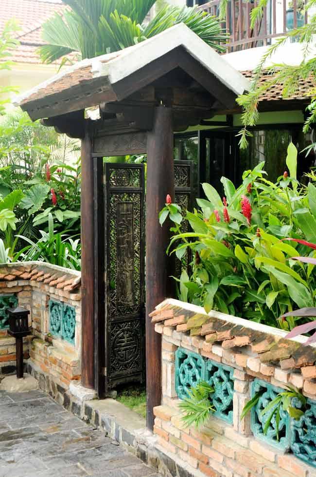 Căn nhà có khu vườn từng được đi vào những bài hát của Hồng Nhung trong đĩa 'Khu vườn yên tĩnh'. Hàng ngói xô nghiêng, cánh cổng gỗ nhuốm màu thời trang và hàng cây rêu phong bao quanh bờ tường rao mang lại rất nhiều cảm hứng sáng tạo cho chủ nhân.