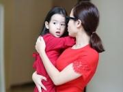 Làng sao sony - Mẹ con Lưu Hương Giang đỏ rực dạo phố đầu năm