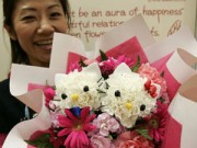 Nhà đẹp - Mất vài phút cắm bó hoa Hello Kitty giá 4 triệu đồng