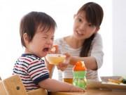 """Nuôi con - Chỉ có mẹ mới dạy con ăn uống """"hư hỏng"""""""