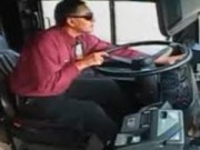 Tài xế xe buýt sống thần kỳ sau pha đấu đầu với xe tải