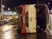 Tin tức - Hà Nội: Ô tô chở 27 người lật cạnh nhà ga T2 Nội Bài