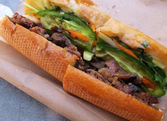 Bánh mỳ (Việt Nam)  Nhắc đến bánh mỳ chắc hẳn du khách nước ngoài không thể nào quên món bánh mỳ kẹp tuyệt ngon của Việt Nam. Đây là món ăn cósự kết hợp hoàn hảo giữa nguyên liệu phương Đông và phương Tây. Những nguyên liệu chủ yếu để tạo nên một chiếc bánh mì kẹp hấp dẫn bao gồm bánh mì nhân thịt (thường là thịt lợn nướng, thịt viên hay thịt nguội), dưa chuột thái lát, rau mùi, cà rốt, patê gan và một chút mayonnaise.  Khi ăn chiếc bánh mỳ này, bạn sẽ cảm nhận được đầy đủcác vị: mặn, ngọt, chua, cay.Địa điểm tuyệt vời nhất để thưởng thức món ăn ngon này là trên đường phố Sài Gòn.