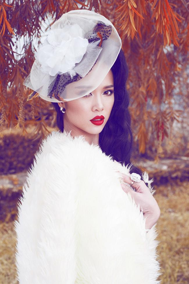 Vũ Ngọc Anh thực sự rất hợp với phong cách trang điểm cổ điển với son đỏ và các phụ kiện cho tóc.