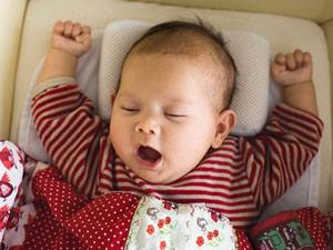 Nguy hại khôn lường khi cho trẻ dùng gối quá sớm