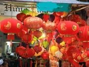 Mua sắm - Giá cả - Phố Hàng Mã ngập tràn sắc đỏ đón Tết